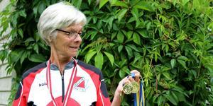 Britt Eriksson med några av sina senaste medaljer.