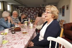När Inga-Lill Johansson flyttade in uppskattade hon verkligen att få lära känna sina nya grannar på de här gemensamma fikastunderna.