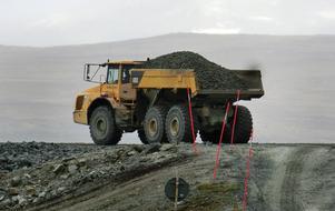 Mängder med transporter av bergmaterial kommer att passera Stora Blåsjön vid en gruvöppning. Bilden från förstärkningen av gamla gruvdammen i Stekenjokk 2015. Vid ett eventuellt nytt tillstånd ska verksamheten ske vintertid.