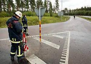 Foto: Lars Wigert Halt. Vägbanan förvandlades närapå till en isbana när diesel skvimpade ut.