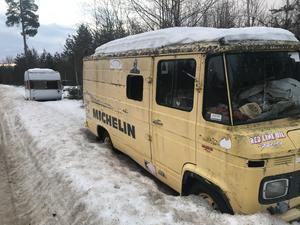I närheten av återvinningsstationen i Sveg står en buss och samlar damm sedan länge, och har nyligen fått sällskap av en husvagn som sett sina bättre dagar.