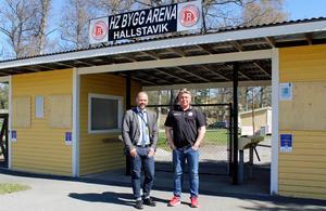 Roslagens Sparbank:s Jimmy Westerberg (vänster) och Mikael Teurnberg (höger) utanför HZ Bygg Arena i Hallstavik 2018.