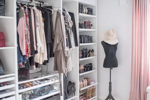 En walk-in-closet med plats för skor och kläder.