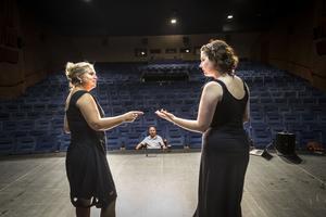 En veteran och en förstagångare. Åsa Dellham och Sandra Karlung repeterar introduktionen till numret Kettlebell inför Revy-SM i Halmstad. Åsa var på SM första gången på 1990-talet. I år blir Sandras premiär.