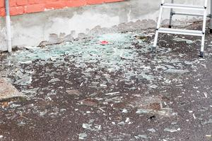 Så här såg det ut på marken utanför Örebro screen några timmar efter explosionen.