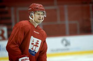 Johannes Salmonsson är tillbaka på isen. Sju månader efter sin höftoperation. Den 32-årige forwarden är i Timrå på prov den här veckan, men ett kontrakt ligger klart såvida båda parter