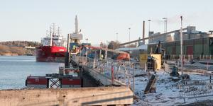 Spontkajen, en av hamnens äldsta delar, renoveras och förstärks just nu. Arbetet beräknas vara klart till i sommar. Även den yttre långkajen ska i ett senare skede förstärkas.