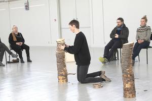 Hemvändande Malin Ståhl  tillhör sammanslutningen IntraGalactic arts collective  som vill kommunicera med publiken.