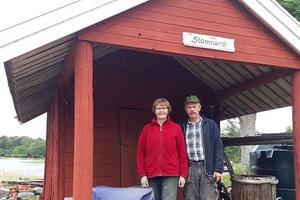 Wanda och Bengt Eklund på Stomnarö gård har hunnit ta hand om det mesta av sin stormfällda skog. Värre är det för många andra skogsägare på öarna i kommunen. – Många öar är obebodda och där har nog inte alla skogsägare sett hur det ser ut, säger Wanda Eklund.