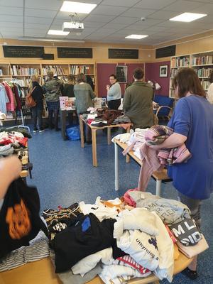 Klädbytardagen på biblioteket i Sveg lockade ett trettiotal personer. Foto: Privat