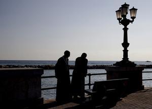 Kustpromenaden i Bari, Italien. Här fväxte författaren upp och här utspelar sig noken. Bild. AP Photo - Alessandra Tarantino
