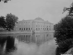 Nybyggda onserthuset på 1930-talet. Det ritades av stadsarkitekten Georg Arn och invigdes i april 1932 av prins Eugen. Fotograf: Eric Sjöqvist.  (Bildkälla: Örebro stadsarkiv)