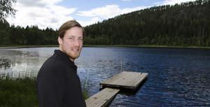 Daniel Viklund vid Hulitjärn utanför Sundsvall där Missing People nyligen letat efter försvunne Rune Olsson som försvann för snart två år sedan.