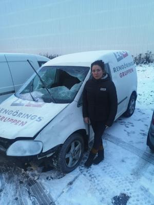 Marija vid bilen dagen efter kraschen. Bild: Privat