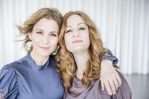 Vi har en story som är helt naturligt för oss, säger barndomsvännerna Helen Sjöholm och Anna Stadling. De ser en styrka i att kunna representera så många olika sidor av musiklivet på samma scen. Foto: Tina Axelsson.