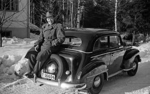 Man vid en Opel Olympia, 1950-tal. Foto: Erik Larsson, Örebro