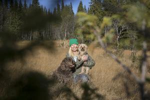 Ingrid Marie har skogen precis utanför husknuten. Där går hon ofta med sina hundar Melker och Nelson.
