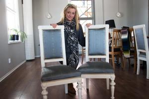 Malin Arefjärd vill återskapa något av det gamla jänvägshotellets atmosfär. En del av den känslan finns i de här stolarna.