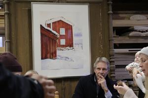 Konstnären Thomas Rydén visar akvareller och digigrafier från Bergslagen. Målningen på väggen är Siggebohyttans bergsmansgård.