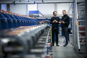 John Löwbäck och Robin Diegner bredvid maskinen som är själva hjärtat i Northcones verksamhet.