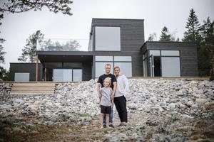 Martin och Pia Rubing tillsammans med sonen Leo framför huset i Skommarhamn utanför Ö-vik.