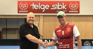 Roger Callin välkomnar nye tränaren Bruno Lundberg till Telge SIBK. Foto: Telge SIBK.