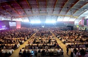 Under kvällen sitter 3 100 personer till bords och äter i arenan.