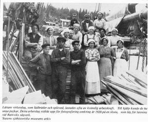 Splitvedsjäntor vid Ramviks sågverk omkring 1920 (Bild från Statens sjöhistoriska arkiv)
