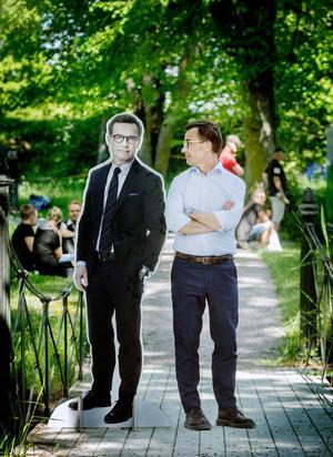 Dubbel Ulf. Moderaternas partiledare Ulf Kristersson håller koll på sig själv i naturlig storlek.