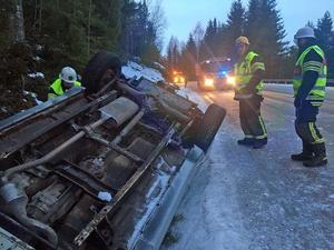 Olycksbilen voltade ned i ett dike.