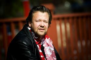Han kommer ifrån Falun, men har bott på en massa olika ställen runtom i världen: