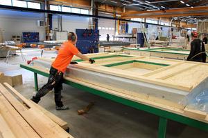 Vägg-elementen reglas upp liggande på stora bord, det ger en mer ergonomisk arbetsmiljö. Även undertak byggs på plats, vilket innebär att hantverkarna slipper det slitiga jobbet att skruva tunga gipsskivor underifrån.