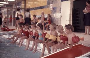 Simskola på Eyrabadet någon gång på 1970-talet. Foto: Örebro stadsarkiv/okänd fotograf
