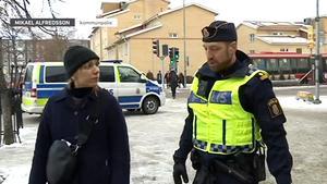Sveriges television sänder lokala tv-nyheter för Södertälje och insändarskribenten vill gärna kunna se dessa. Bilden är från ett inslag där kommunpolisen Mikael Alfredsson medverkade.