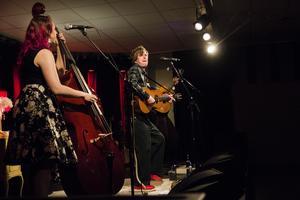 På scenen hade Timo Räisänen hjälp av Rebecka Tholerus på kontrabas och Pär Öjerot på gitarr.