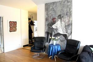 Venuspassagens backdrop och tavla av Tommie Samuelsson i lounghörnan.