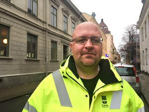 Henrik Stattin, gatuingenjör på Gävle kommun säger att snöröjningen ska bli bättre i vinter. Genom att plogningen startar tidigare hoppas man slippa mycket av fjolårets problem.