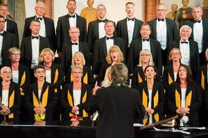 Många hade köat i en timme för en bra plats när två av Kjell Lönnås körer gav konsert i söndags. 600-700 personer fyllde GA-kyrkan och en stor kollekt samlades in till Läkarmissionen.