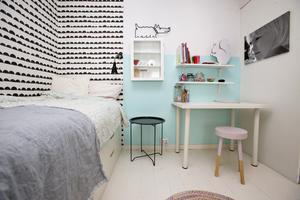 Theas eget rum med turkos vägg.