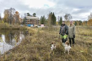 Marcus Ejnebrand och Amanda Stuguby ute på piren tillsammans med Alba och Lasslo av hundrasen kooikerhondje.