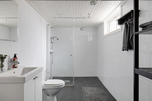 Det större badrummet med dusch, toalett och handfat har inretts i källarplanet.Foto: Svensk fastighetsförmedling.
