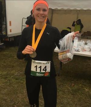 Stina Nordström med silvermedaljen efter Höstrusket maraton. Foto: Ulf Jansson