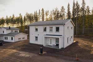 Nyproducerade funkisinspirerade tvåplansvilla i Källviken. Huset ligger bra placerat i området på en lugn återvändsgata. Foto: Joha Granth/SkandiaMäklarna.