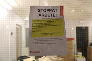 Stängt på grund av arbetsmiljölagen, står det bland annat på detta anslag sedan arbetsplatsen bommats igen.