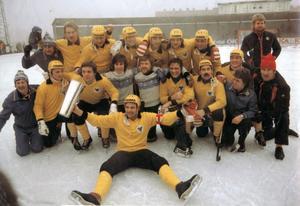 Svensk mästare för fjärde gången! Leif Wasberg längst fram med SM-bucklan efter  finalsegern mot Sandviken 1977.