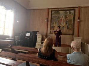 Sopranen Gitta-Maria Sjöberg sjöng i Ovanmyra kulturhus och ackompanjerades av Polina Fradkina. Foto: Linda Hellsten