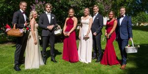 Balklänningarna i Arboga i år hade många varierande färger och modeller. De flesta av männen hade försökt matcha slips eller fluga i samma färger som deras partners klänningar.