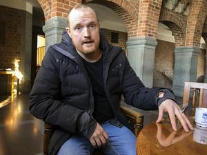 Niklas Daoson och övriga i oppositionen stred för omedelbart införande av fria arbetskläder, men förgäves. Huvudanledningen till det var en förlorad omröstning beroende på frånvarande ledamöter i fullmäktige.