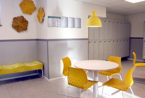 De italienska stolarna Uni i gult på den gula avdelningen.