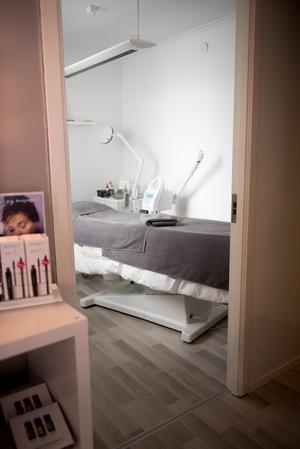 Sedan Katarina flyttade sin verksamhet har hon anställt en auktoriserad hudterapeut på halvtid och i de nya lokalerna finns två behandlingsrum.